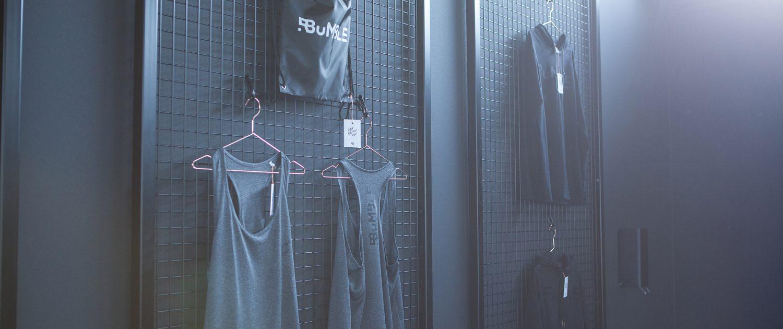 Kleider in einer Umkleidekabine